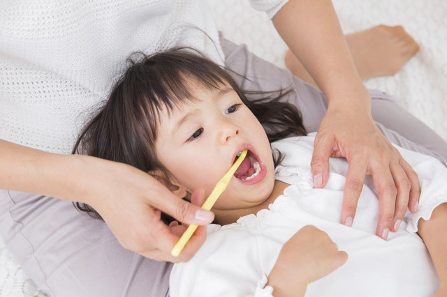 歯磨きをする2歳の女の子,2歳,