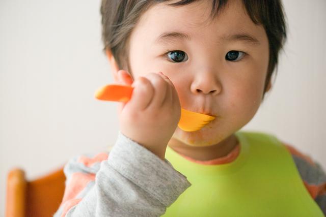 ご飯を食べる男の子,2歳,