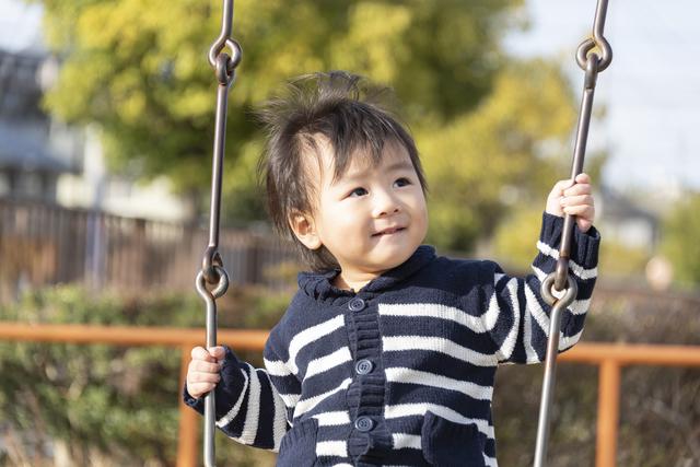 ブランコで遊ぶ男の子,2歳,