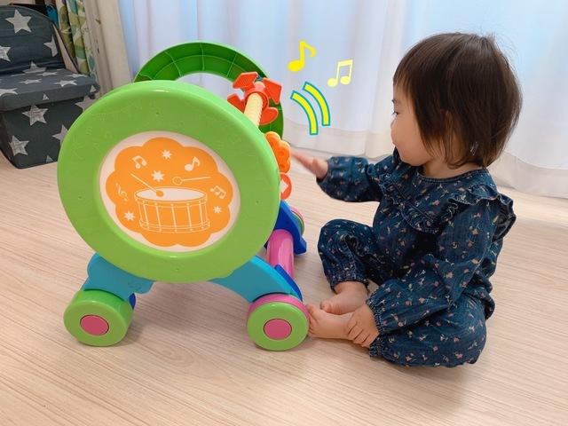 遊ぶ子ども,手押し車,
