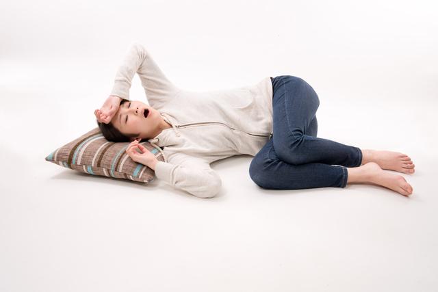 強い眠気に襲われる女性,妊娠,兆候,