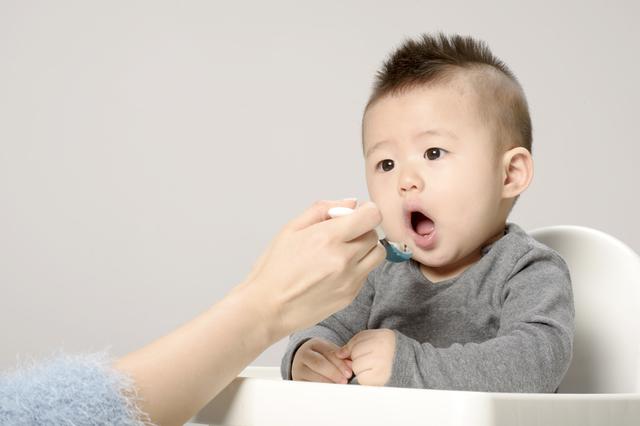 離乳食を食べる赤ちゃん,離乳食,オートミール,
