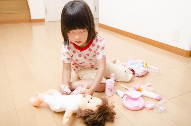 お人形遊びをする女の子,ごっこ遊び,おもちゃ,