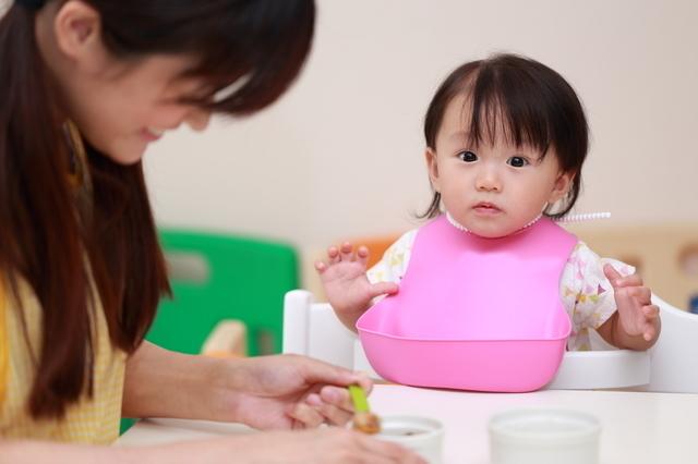 離乳食エプロンと赤ちゃん,離乳食,エプロン,