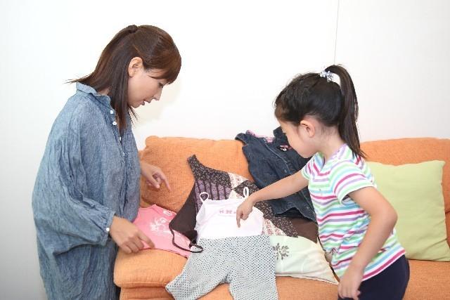 洋服を選ぶ親子,子ども,肌着,おすすめ