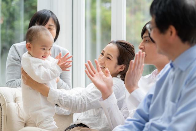 あやされて笑う赤ちゃん,人見知り,いつから,