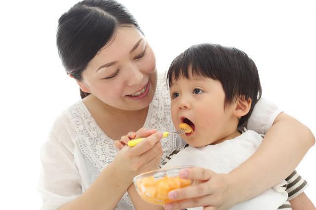 離乳食を食べる子,離乳食,きゅうり,