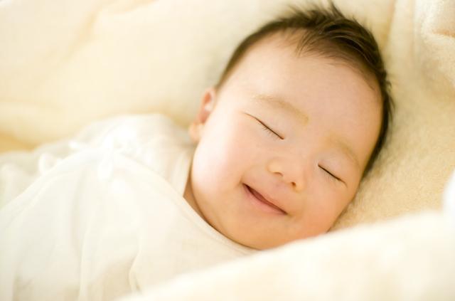 あかちゃん笑う寝る,赤ちゃん,夜泣き,対策