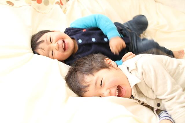 兄弟笑う布団,赤ちゃん,夜泣き,対策
