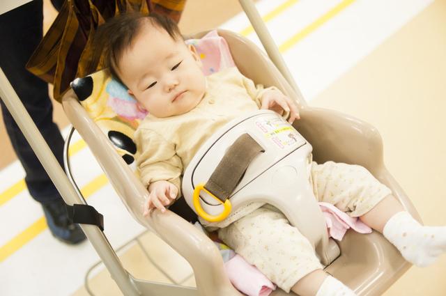 ショッピングカートに乗る赤ちゃん,新生児,外出,