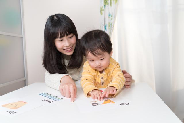 英語のカードを見る子どもとママ,