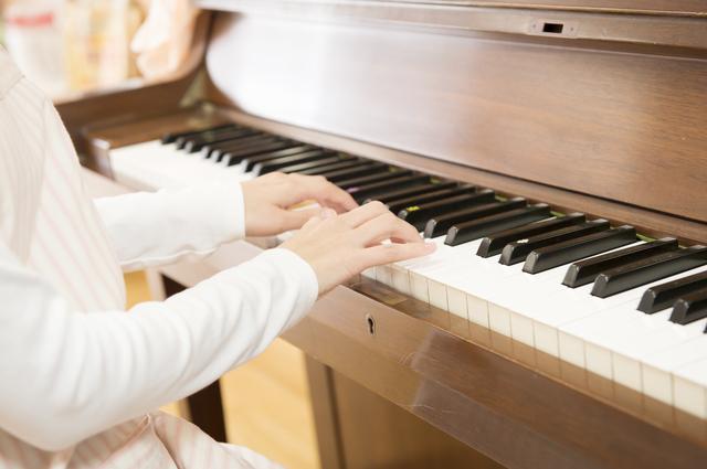 ピアノを弾く先生,リトミックとは?,