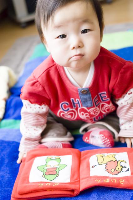 布絵本を読む赤ちゃん,布絵本,メリット,おすすめ