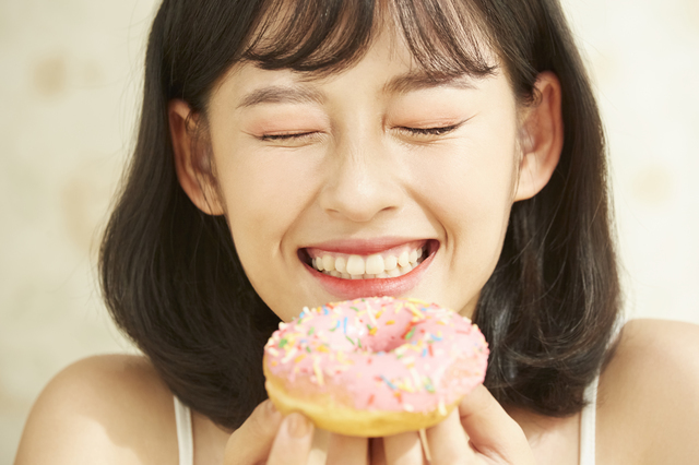 甘いものを食べる女性,お菓子,甘い,