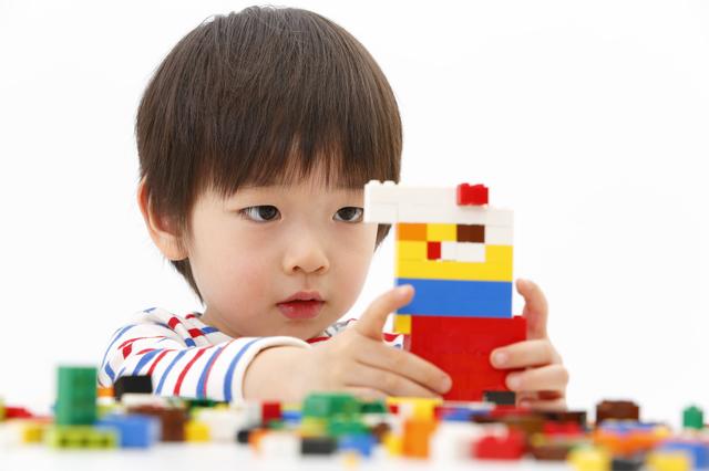 レゴで遊ぶ子ども,レゴ,ブロック,