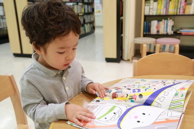 1人で絵本を読む子ども,絵本,おすすめ,4歳