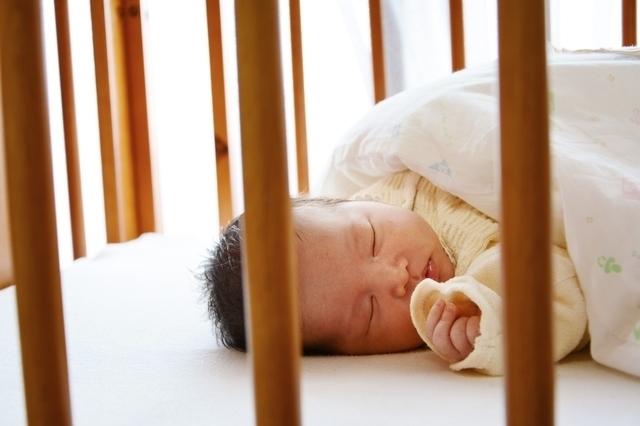 ベビーベッドで寝ている赤ちゃん,ベビーベッド,おすすめ,