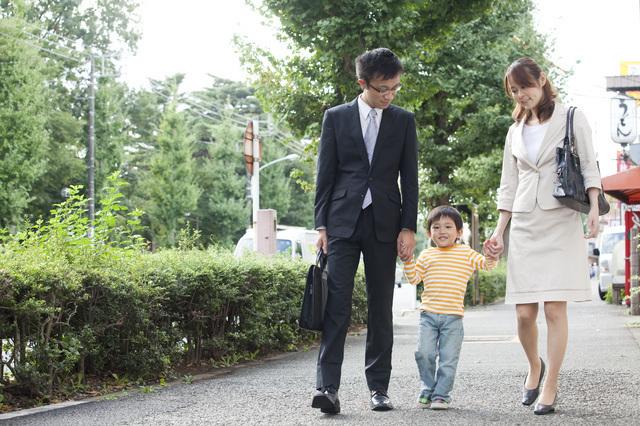 仕事へ行く両親と保育園に行く子ども,保育園,見学,