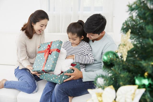 クリスマスプレゼントをあける女の子,クリスマス,プレゼント,2019