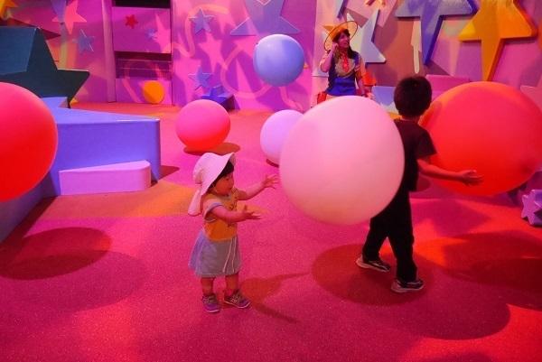 ピンクの照明と子ども,USJ,おすすめレストラン,子連れ