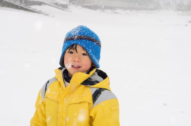 雪の中にたたずむ男の子,富山県,スキー場,温泉