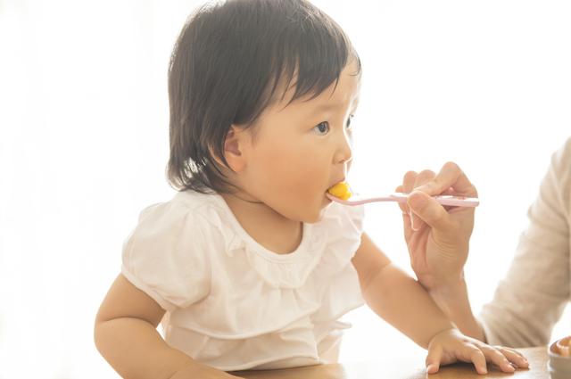 離乳食を食べる子ども,1歳,誕生日,離乳食