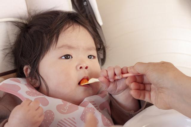 離乳食を食べる赤ちゃん,バウンサー,