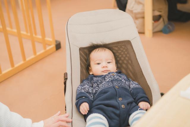 バウンサーに座る赤ちゃん,バウンサー,