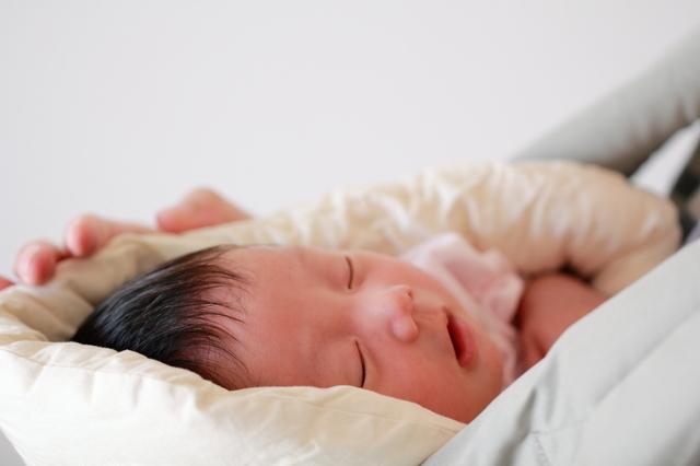 抱っこひもの中で眠る新生児,新生児,抱っこひも,