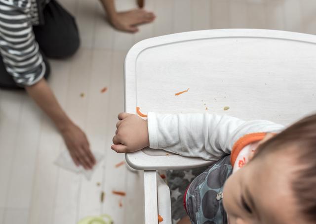 手づかみ食べで汚れる床,手づかみ食べ,