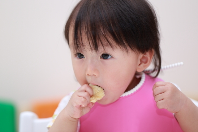 離乳食を手づかみ食べする女の子,離乳食,お好み焼き,