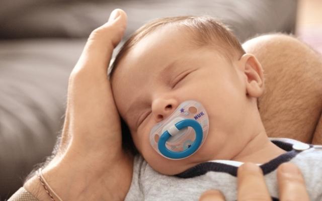パパの膝で眠る赤ちゃん,