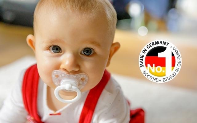 見つめる赤ちゃんとドイツNo.1のロゴ,