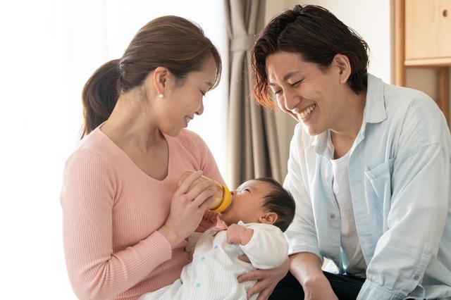 笑顔のママパパとミルクを飲む赤ちゃん,粉ミルク,サンプル,