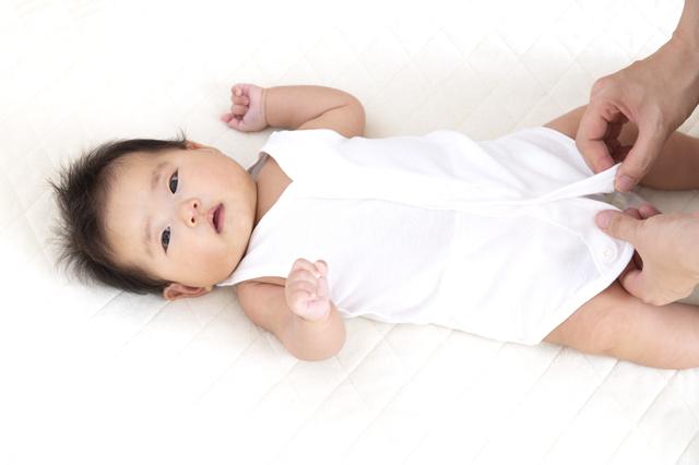 ロンパースを着せてもらう赤ちゃん,ロンパース,赤ちゃん,着せ方