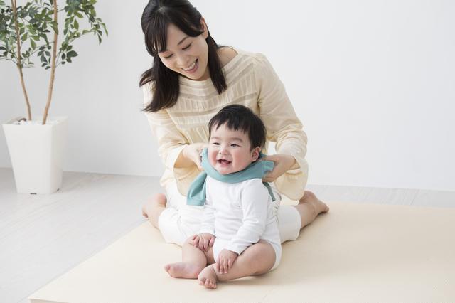 ロンパースにお着換えをする赤ちゃん,ロンパース,赤ちゃん,着せ方