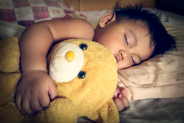 夜すやすや眠る子ども,紙おむつ,夜 ,比較