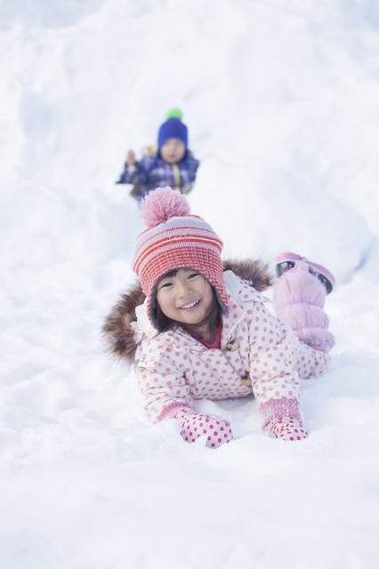 雪に寝そべる子ども達,富士山こどもの国,キャンプ,