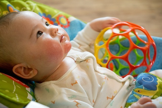 おもちゃを持つ赤ちゃん,生後,2ヶ月,赤ちゃん