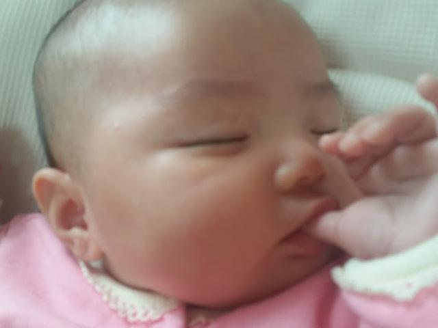 ゆびしゃぶりをする赤ちゃん,生後,2ヶ月,赤ちゃん