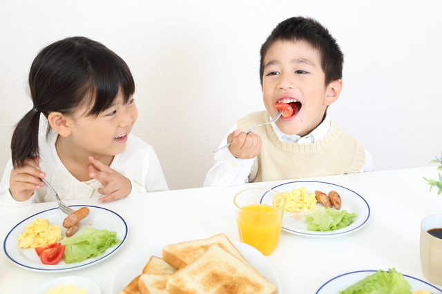 朝食をとる子どもたち,虫垂炎,盲腸,子ども