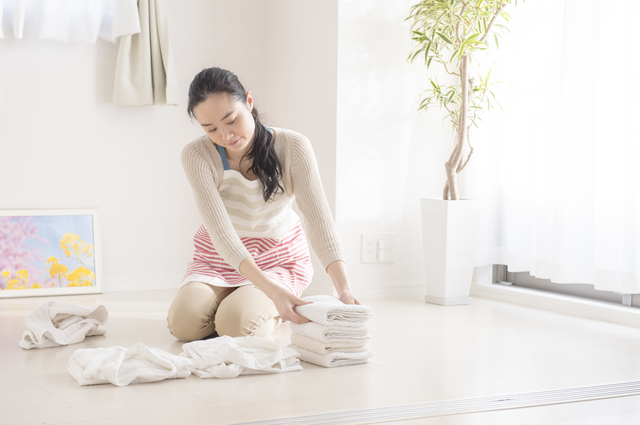 洗濯物をたたむ女性,産後,家事,