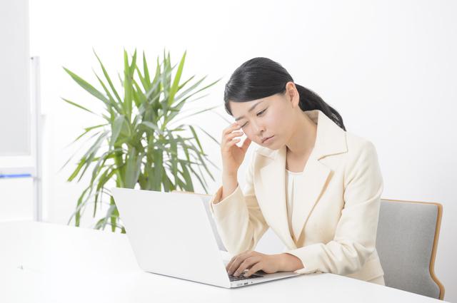 オフィスで眠気に襲われる女性,妊娠初期,眠気,