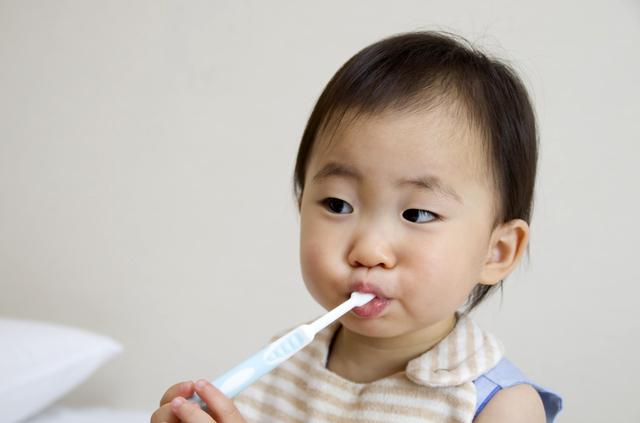 歯ブラシをかむ赤ちゃん,赤ちゃん,歯ブラシ,