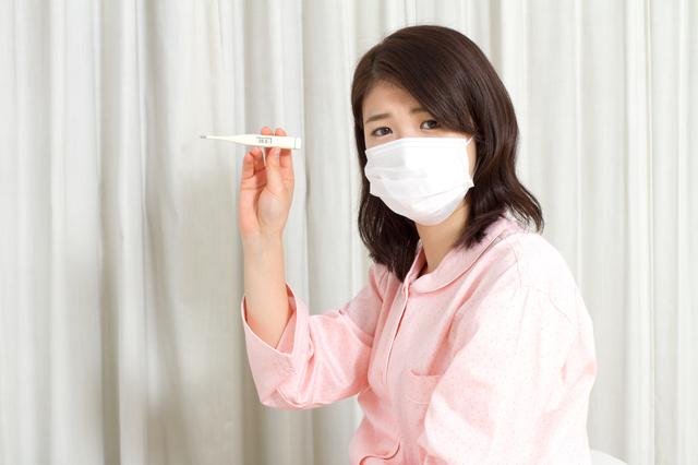 体温計を持つ女性,妊娠中,風邪 ,