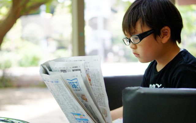 男の子眼鏡新聞,視力,低下,