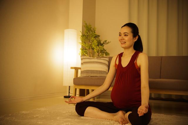マタニティヨガをする妊婦,出産,呼吸法,