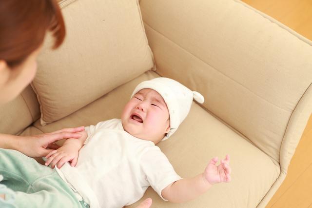 泣く赤ちゃんをあやす母親,腸重積,赤ちゃん,