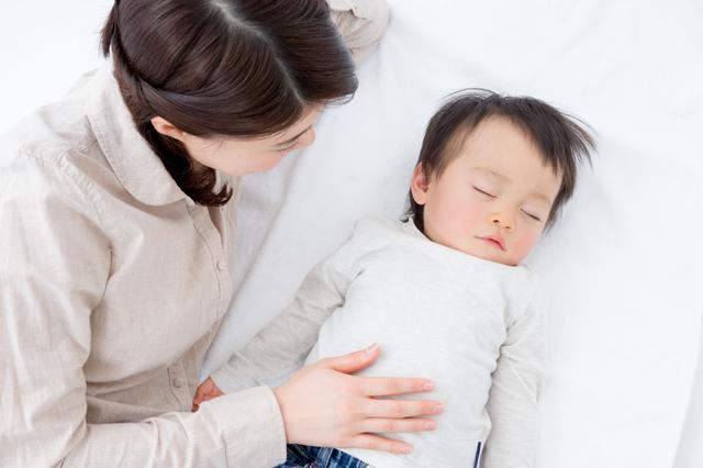 赤ちゃんを見守る母親,腸重積,赤ちゃん,