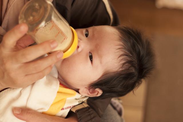 ミルクを飲む赤ちゃん,生後0ヶ月,赤ちゃん,